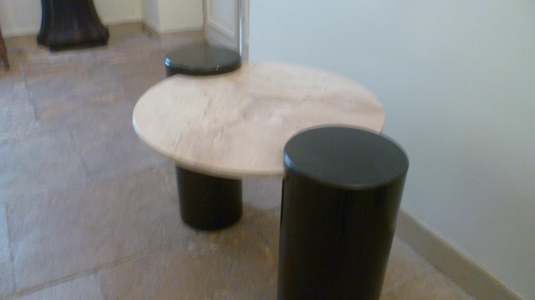 La table dont le plateau semble en lévitation