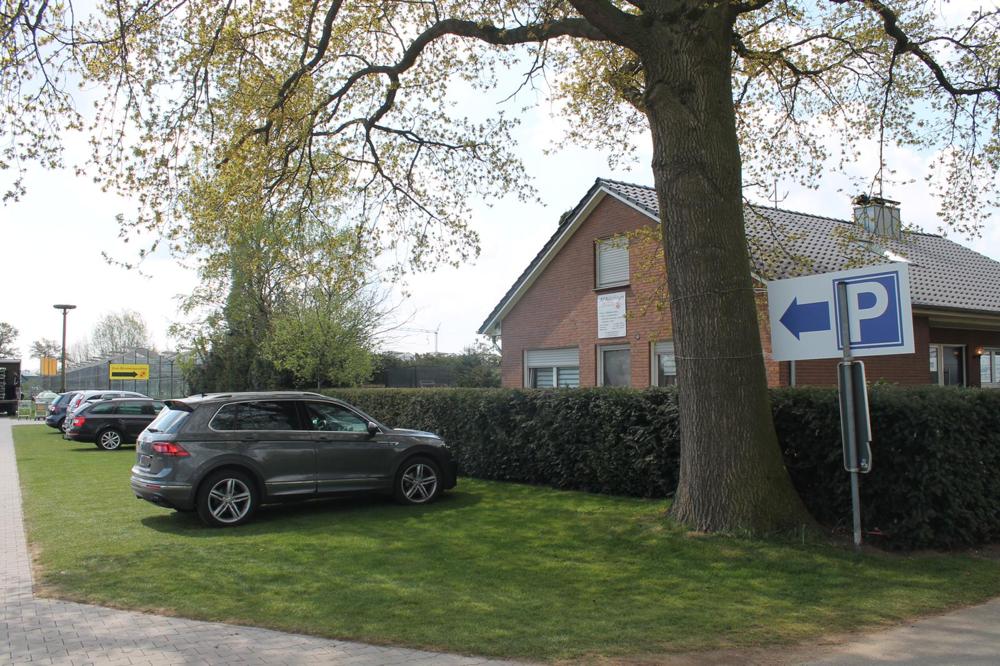 3) Direkt anliegend befindet sich der große Parkplatz.