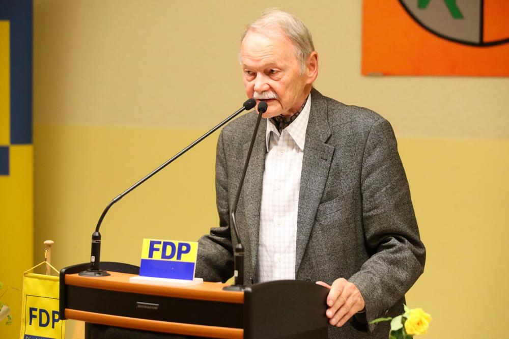 Dieter Heim hält eine kurze Ansprache, bedankt sich für die Anerkennung und wünscht dem neu gewählten Kreisvorstand Alles Gute für die kommenden Herausforderungen. – mit Dieter Heim hier: Städt. Sport & Mehrzweckhalle Gresaubach.