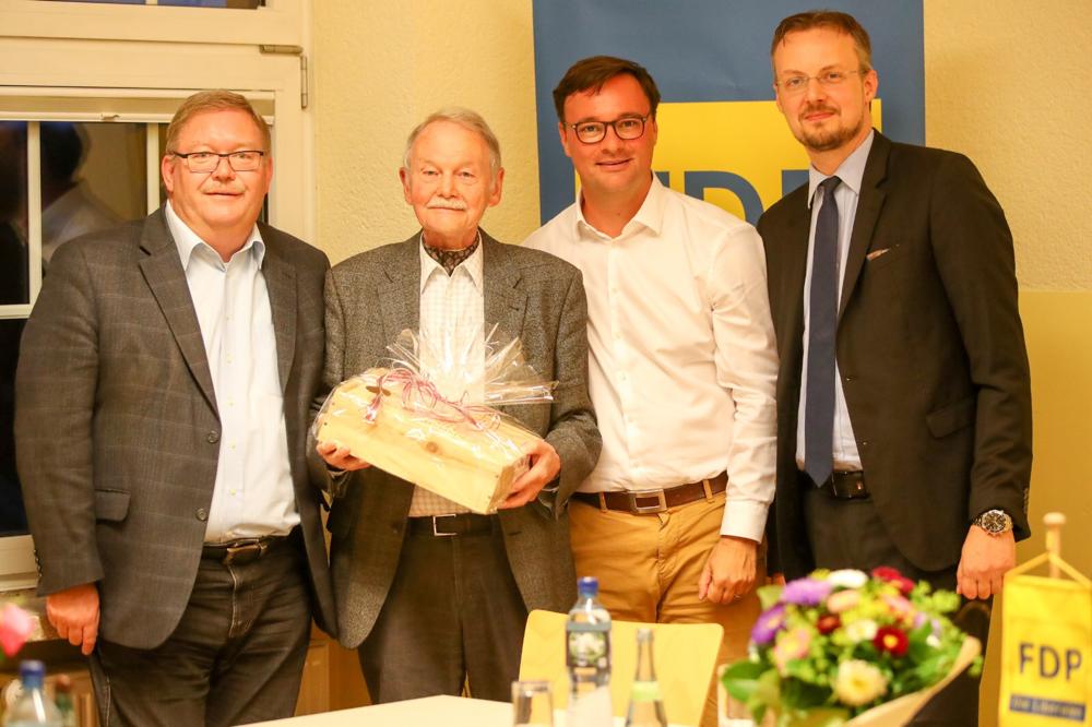 Fred Metschberger überreicht Dieter Heim im Beisein des Landesvorsitzenden Oliver Luksic und des neu gewählten Kreisvorsitzenden Norman Cappel ein Geschenk zum Dank für 35 Jahre Stadtratsarbeit im Dienste Lebachs und der Freien Demokraten.