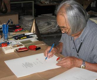"""Kenjiro Azuma appone sigillo e firma sul colophon de """"La forma del vuoto"""""""