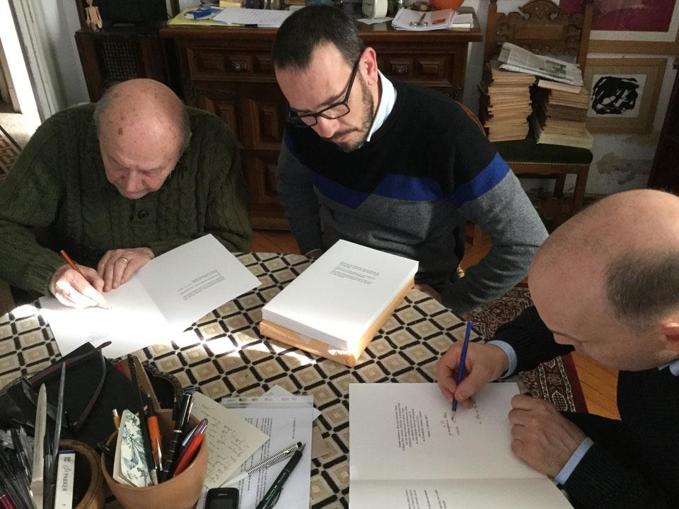 """Roberto Dossi fra Giampiero Neri e Nando Crippa mentre firmano """"Figure"""""""