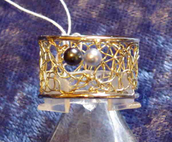 Ring mit kompletter umlaufendem Klöppeleinsatz in Gold.