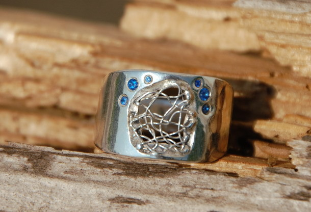 Ring mit klöppeleinsatz und Saphiren