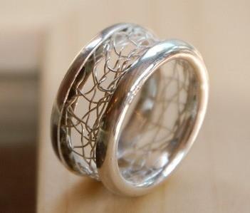 Ring mit kompletter umlaufendem Klöppeleinsatz.