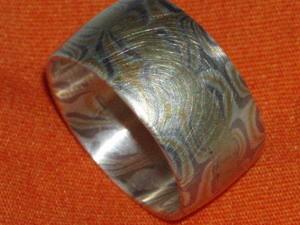 Der Innering aus Gold war unser alter Ehering, so sieht er nun nach 25 Jahren aus.