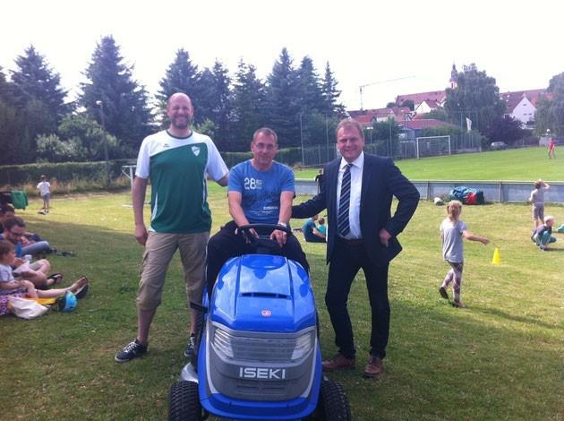 Von links Stefan Reichwein Vorsitzender SVK, Jürgen Bayer Greenkeeper SVK , Thomas Eberth Bürgermeister von Kürnach