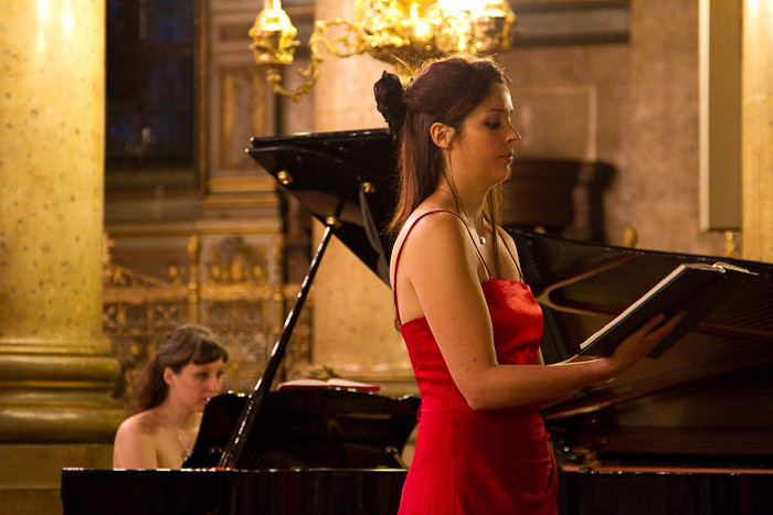 "Sophie, la soliste soprane dans ""O Salutaris"""