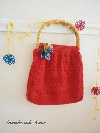 染め花ブローチと手編みニットバッグ。