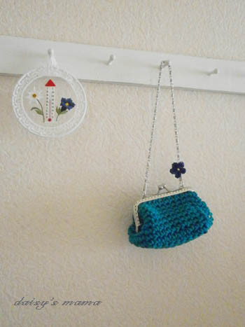 ブルーのコットンの糸で手編みしたがま口ポーチ。