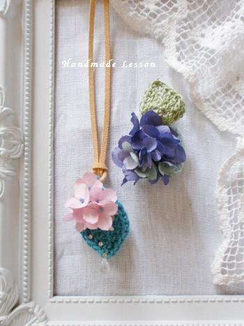 ピンク色と紫色に染めたアジサイの花。小振りなネックレスとブローチを制作。