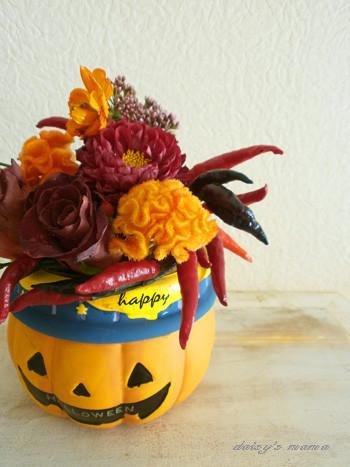 ハロウィンカラーの生花を使って