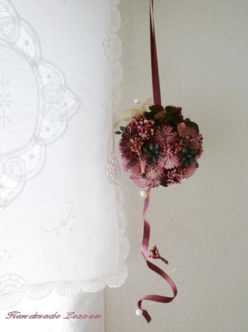 ワインレッド、モーブピンク色のアーティフィシャルフラワーを使った吊って飾れるフラワーボール