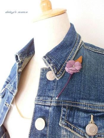 Gジャンの襟元に1輪の染め花ブローチ