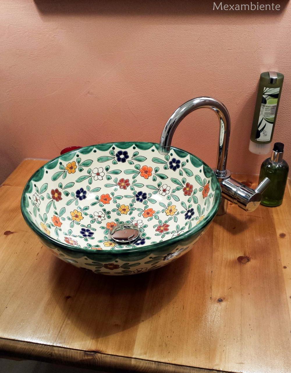 Landhausstil Aufsatzwaschbecken rund florales Muster von Mexambiente
