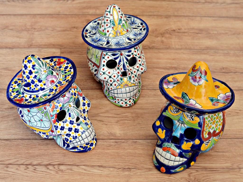 Mexiko Totenköpfe aus Keramik mit bunten Designs