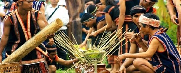 Boire dans les jarres - Coutume des éthnies du Ratanakiri