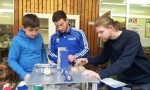 Schüler des TGS BBZ Neunkirchen bei Montagearbeiten. Von links: Stefan Feld, Tobias Borr, Adrian Finkler.