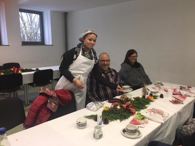 Eine Schülerin des BGJ Ernährung beim Servieren der Getränke und der selbstgemachten Speisen