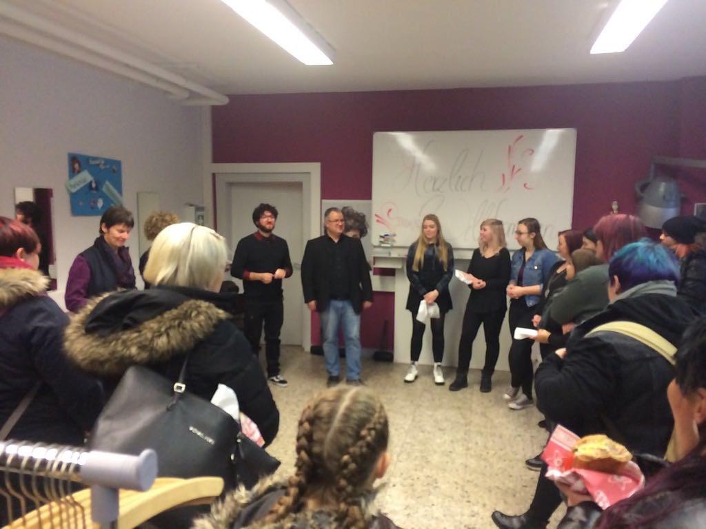 Der Schulleiter Bernd Hussong bedankt sich bei den beteiligten Schüler/innen