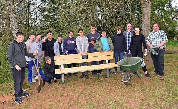 Zu recht stolz auf ihr Werk sind die Schüler des Berufsbildungszentrum. die die Bänke für die Rothenbergschule gebaut haben.