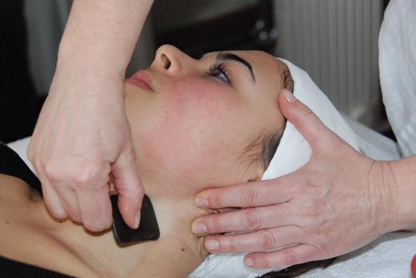 Travail au Gua Sha pour stimuler la circulation sanguine au niveau du visage
