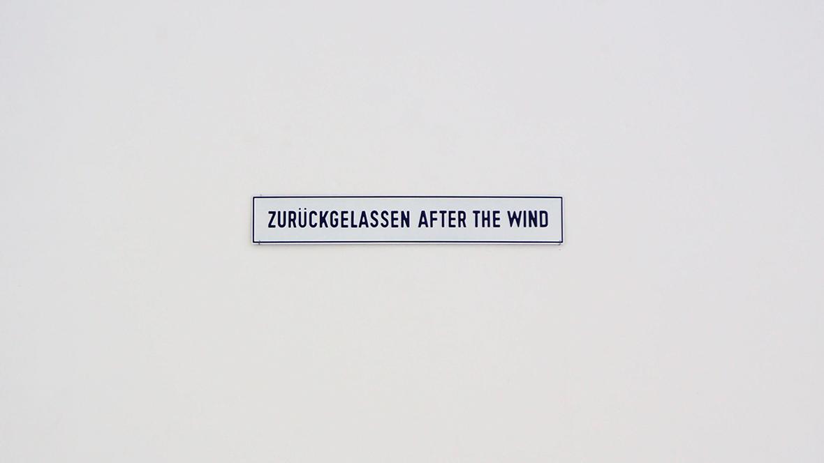 Lawrence Weiner, ZURÜCKGELASSEN AFTER THE WIND, 1994