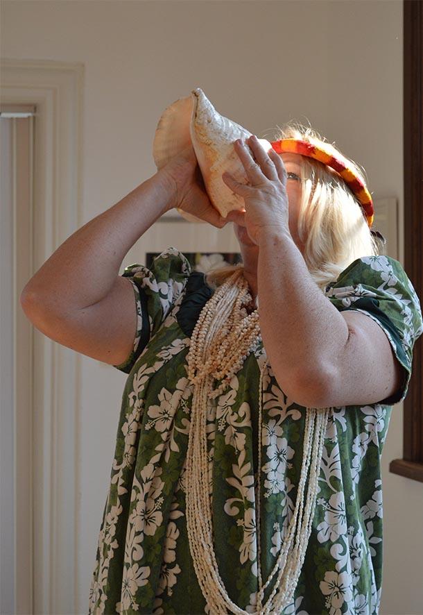 Daniela sehnete auf hawaiianische Art die Ausstellung und die Gäste mit einem Chant und Gesang. Anschließend trompetete sie auf der großen Muschel Pu.