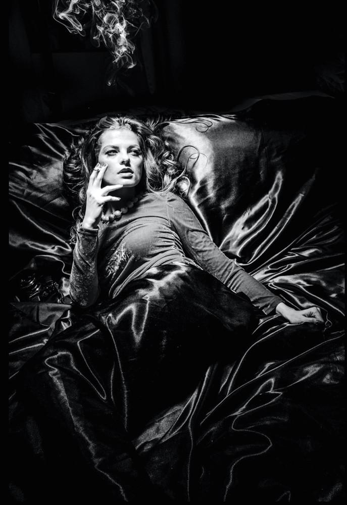 Frau mit langen Haaren und Zigarette raucht liegend auf schwarzem Samt und erinnert mich an Romy Schneider - Boudoir in schwarzweiss www.dirk-brzoska.de - Copyright DIRK BRZOSKA FOTOGRAFIE Leipzig Germany Fotoshooting Bewerbungsfotos
