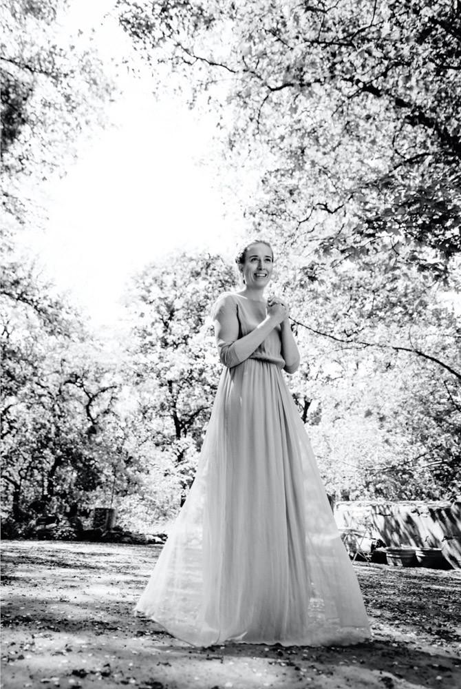 Junge Frau mit langem Kleid steht im Frühling unter einem Baum  - Boudoir in schwarzweiss www.dirk-brzoska.de - Copyright DIRK BRZOSKA FOTOGRAFIE Leipzig Germany Fotoshooting Bewerbungsfotos