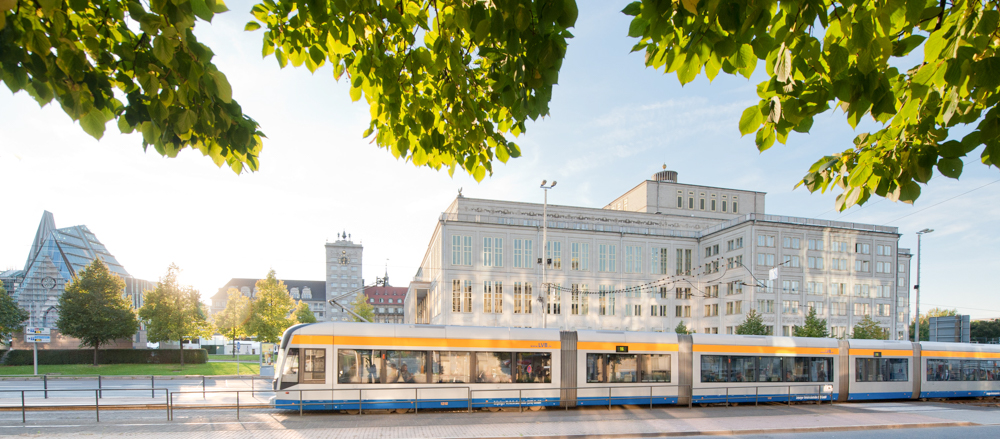 Straßenbahn der LVB vor der Oper Leipzig - © Dirk Brzoska