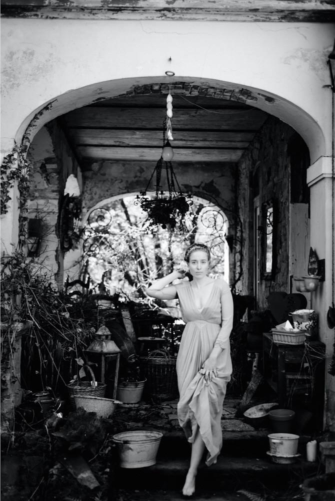 Junge Frau mit langem Kleid steigt in einem Landhaus die Treppe herunter - Boudoir in schwarzweiss www.dirk-brzoska.de - Copyright DIRK BRZOSKA FOTOGRAFIE Leipzig Germany Fotoshooting Bewerbungsfotos