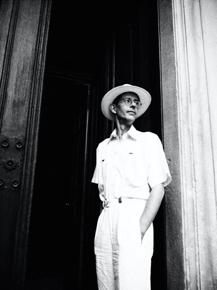 Mann ganz in weiss mit Hut und Brille steht vor Herrenhaus Tür -  in schwarzweiss www.dirk-brzoska.de - Copyright DIRK BRZOSKA FOTOGRAFIE Leipzig Germany Fotoshooting Bewerbungsfotos
