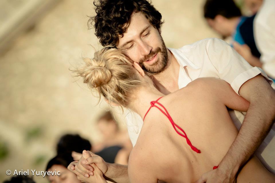 Tanzreisen für Tango Argentino - Deine Lehrer Almut und Stefan tanzen Tango am Strand | TangoMio Tangoreisen  | Foto: Ariel Yuryevic