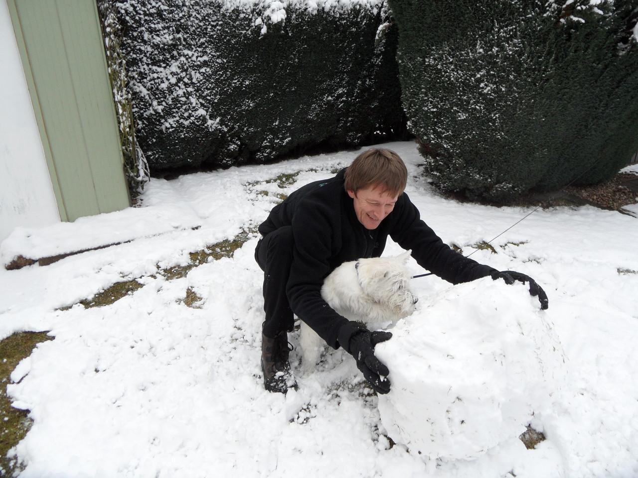 Beim Schneemann bauen helfe ich natürlich auch mit