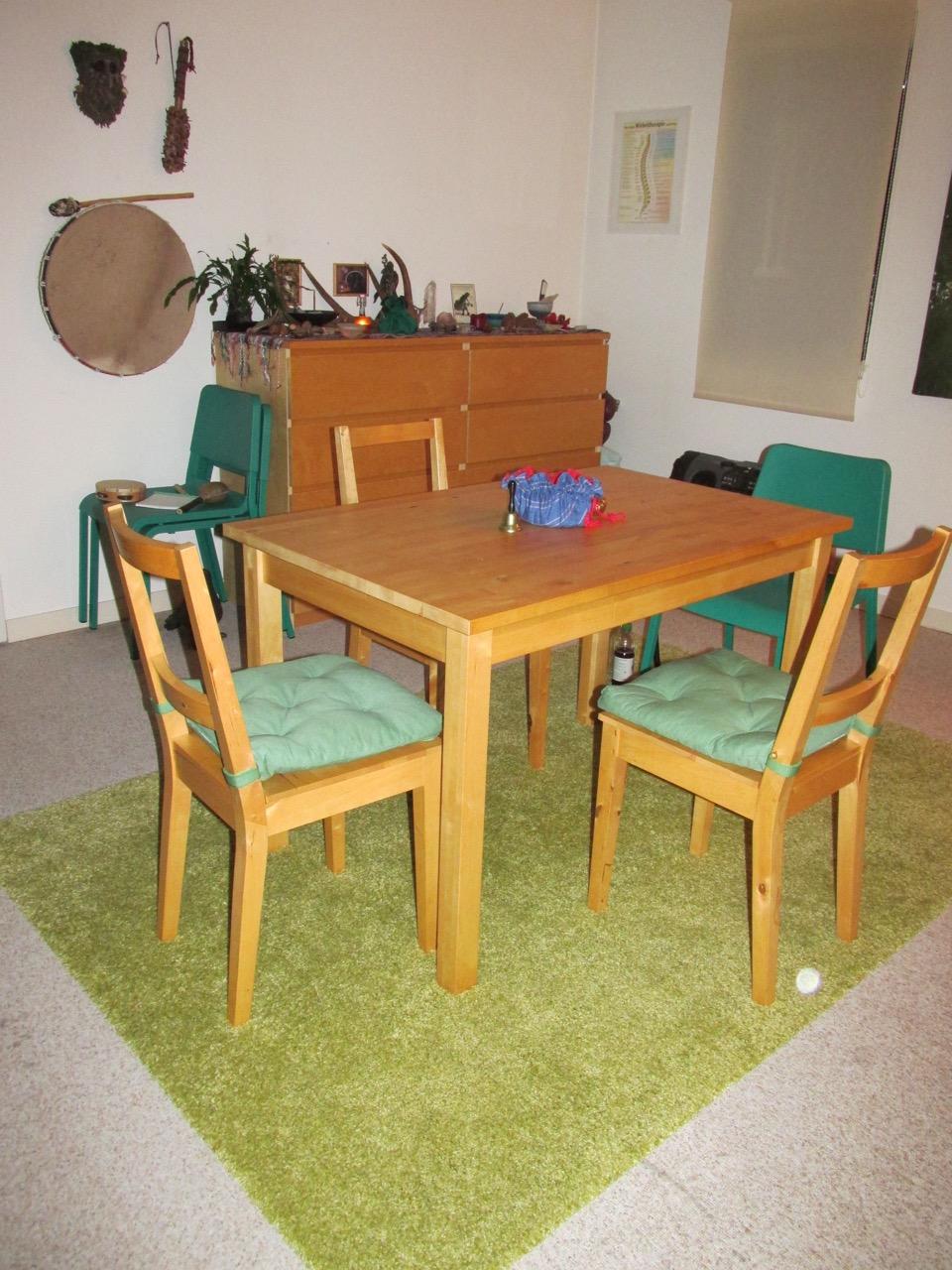 Zirkel-Tischarbeit / Lichtobjekt hinter dem Stuhl
