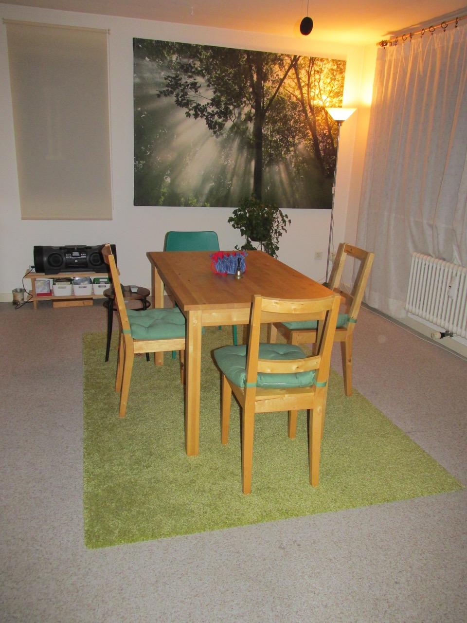 Zirkel-Tischarbeit / Lichtobjekt-Orb hinter dem Stuhl