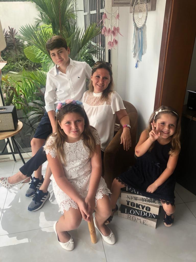 Andrea Dähler und ihre Kinder in Afrika