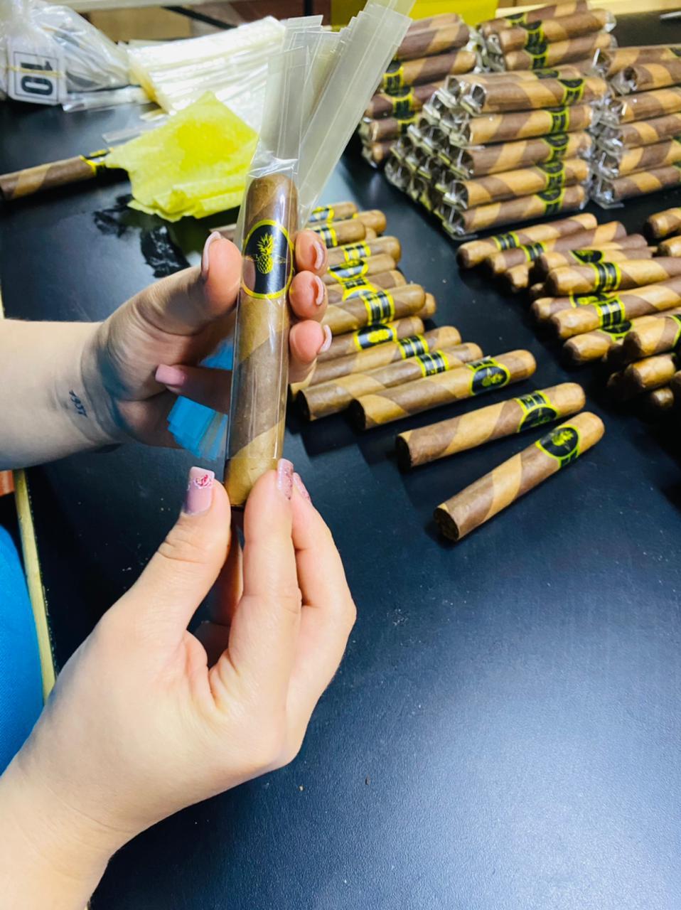 jede Zigarre wird von Hand geprüft und verpackt