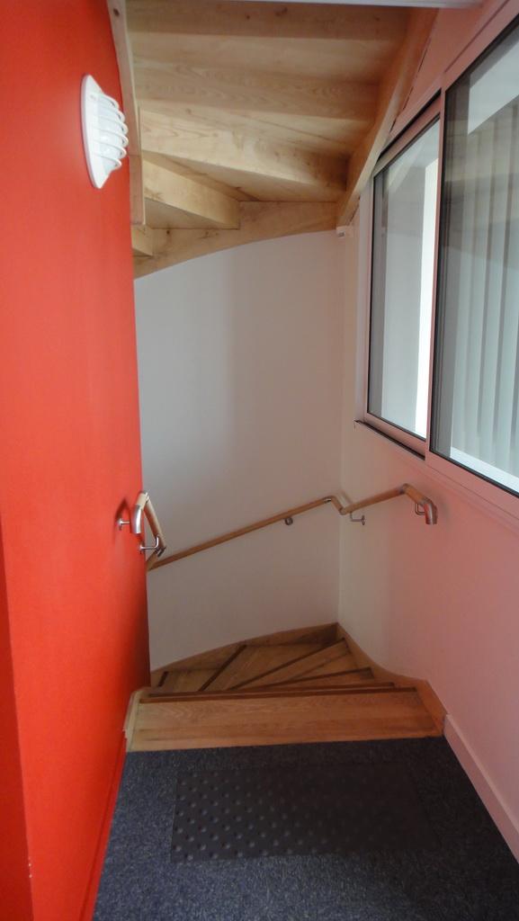 L'escalier de secours en bois de la résidence Espace Mocqueris