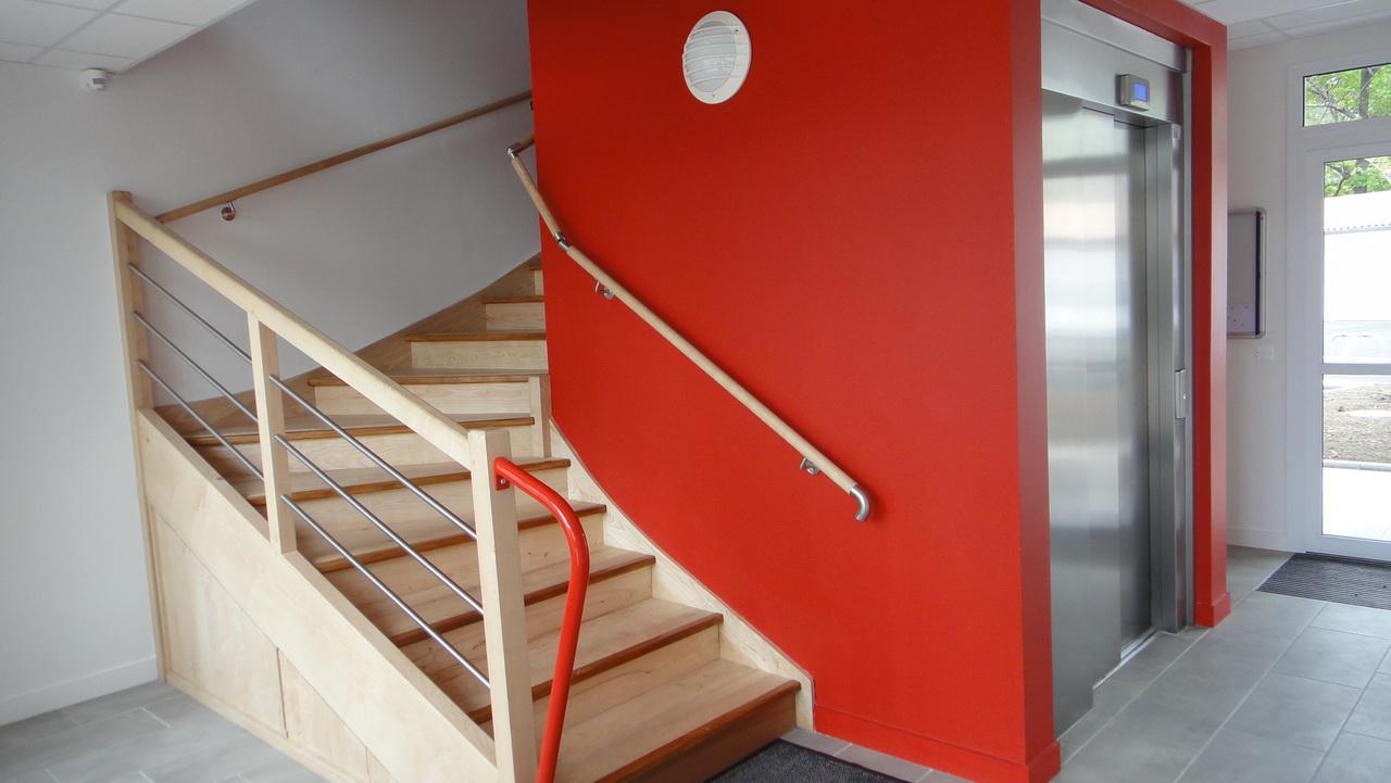 L'entrée de la résidence Espace Mocqueris et son magnifique escalier en bois