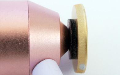 有線ピヤホン1末端の中心にくるよう合わせてピチップを貼る