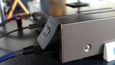 R-Padを、機器側の電源ケーブルジャックに立てかける