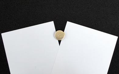 厚紙でピチップの粘着部を挟んで取り外す