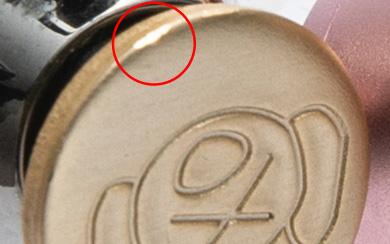 金属チップ部の小さな凹み例