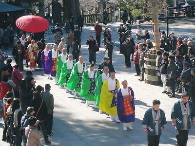 大本堂での御護摩に向かう僧列