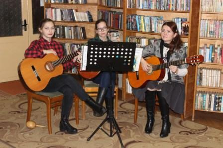 Ульяна Владимирова (первая слева направо) и Анна Чупрова с преподавателем Светланой Гирстун