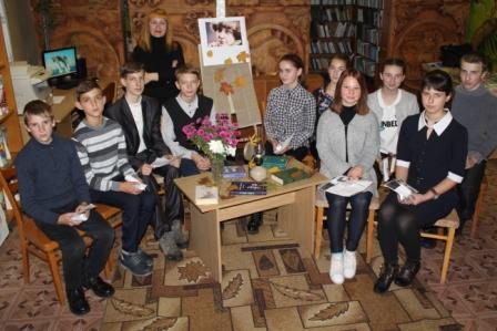 """Учащиеся 8 """"Б"""" класса с библиотекарем Казицкой Л.А."""