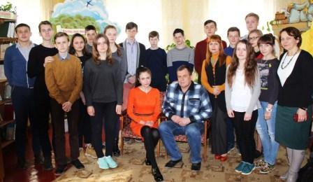 Віктар Гуляшка з дачкой Лізай (у цэнтры) з удзельнікамі сустрэчы