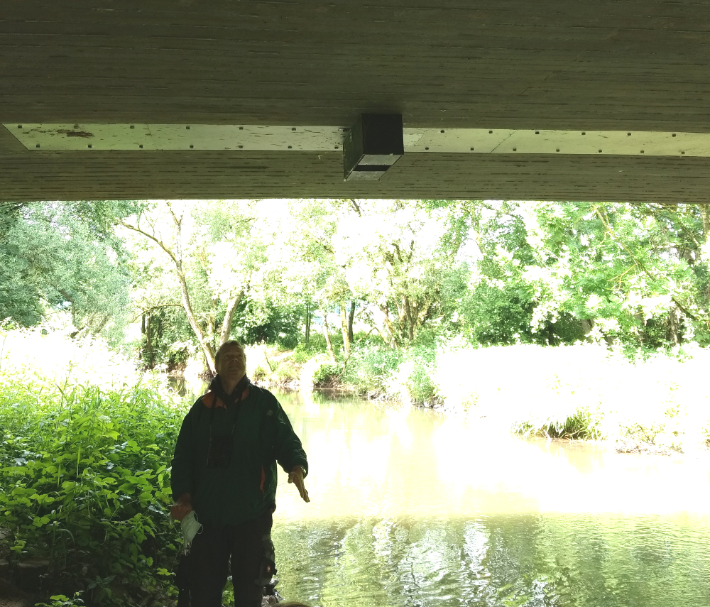 Klaus zeigt einen Wasseramselkasten